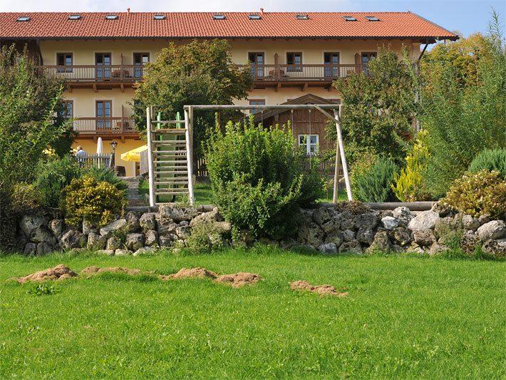 Garten Mit Felssteinen Als Trockenmauer Am Hang Als Abgrenzung Von Einem  Höher Liegenden Spielplatz